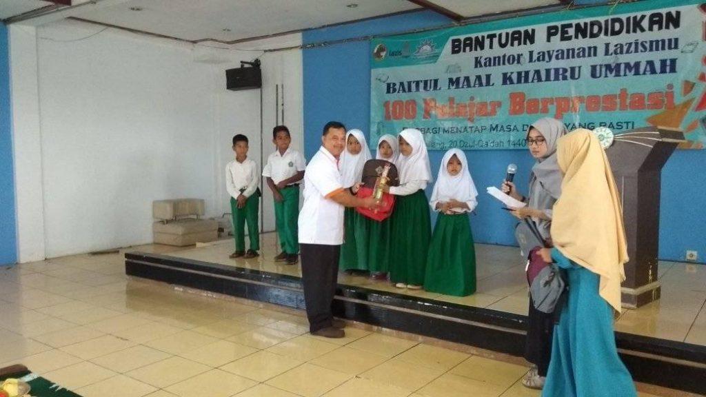 Bantuan Pendidikan Baitul Maal Khairu Ummah kepada 100 Pelajar Berprestasi